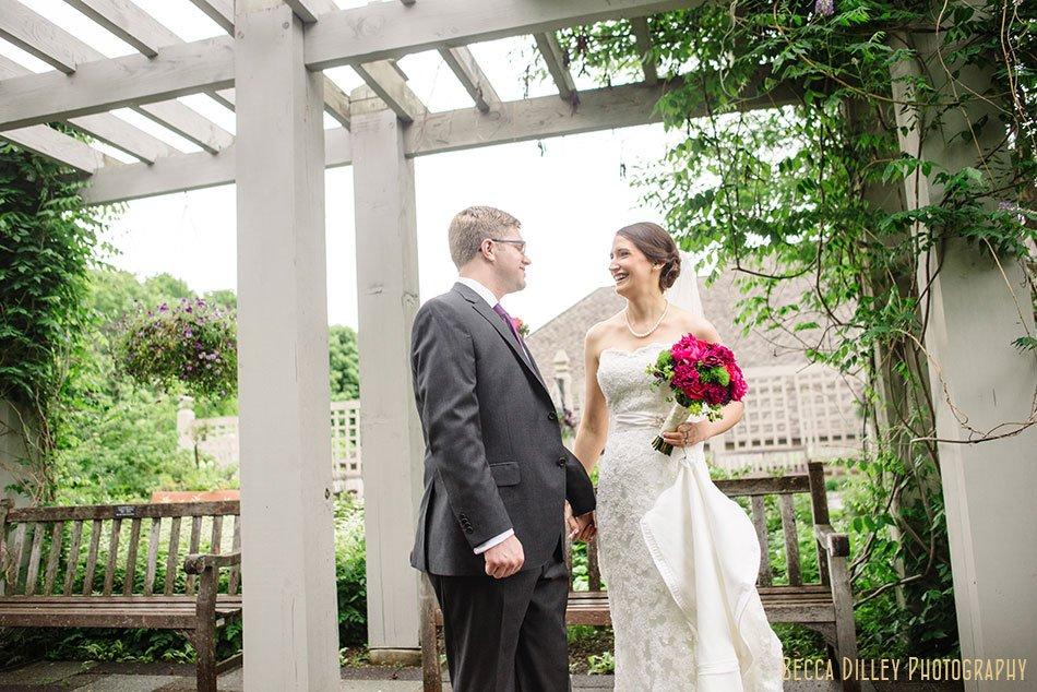 first look at rainy wedding at minnesota arboretum