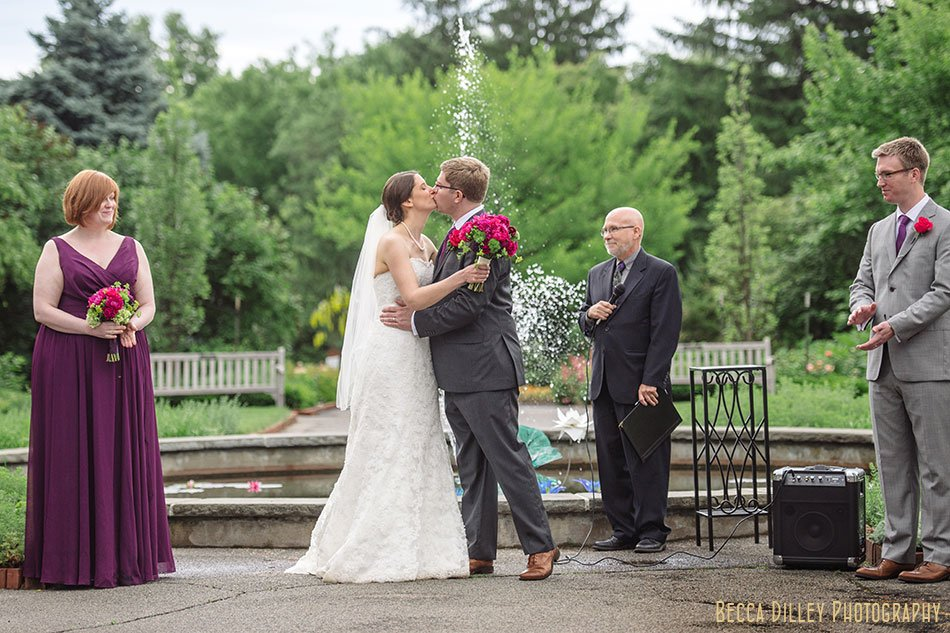 first kiss for rainy wedding at minnesota arboretum