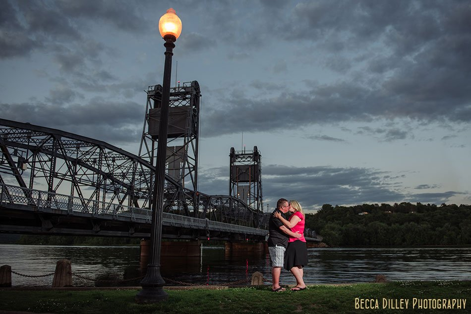 dramatic engagement photos in stillwater liftbridge
