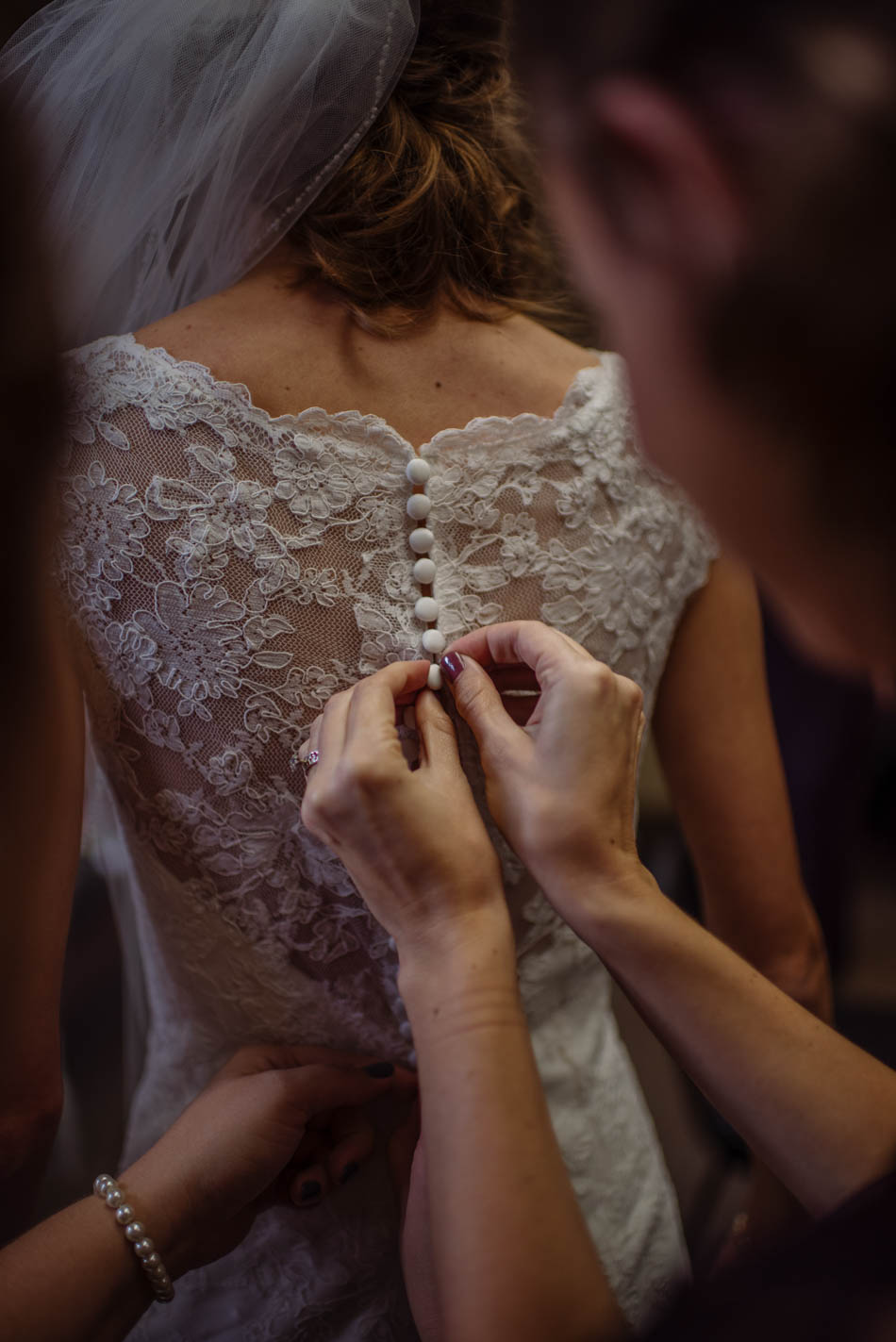 bride getting ready St Lukes Episcopal church wedding minneapolis